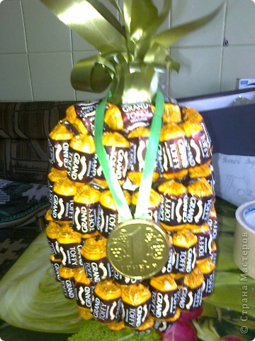 Вот такой ананас. Взяла пивную бутылку отрезалакак видно на втором снимке. фото 1