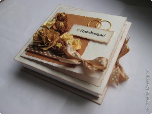 """На этот раз получилась свадебная коробочка, из-за отсутствия времени не успела сделать распечатку """"В день свадьбы"""",в наличии было только """"с праздником"""". Колечки нарисованы акрилом золотым. Если кому понравился цветок в центре, то вот ссылка на МК http://www.mastera-rukodeliya.ru/skrap/1926-myatyi-cvetok.html фото 1"""