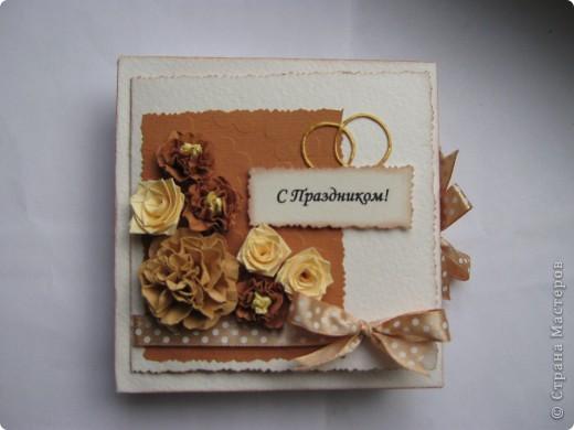 """На этот раз получилась свадебная коробочка, из-за отсутствия времени не успела сделать распечатку """"В день свадьбы"""",в наличии было только """"с праздником"""". Колечки нарисованы акрилом золотым. Если кому понравился цветок в центре, то вот ссылка на МК http://www.mastera-rukodeliya.ru/skrap/1926-myatyi-cvetok.html фото 2"""