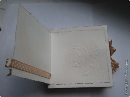 """На этот раз получилась свадебная коробочка, из-за отсутствия времени не успела сделать распечатку """"В день свадьбы"""",в наличии было только """"с праздником"""". Колечки нарисованы акрилом золотым. Если кому понравился цветок в центре, то вот ссылка на МК http://www.mastera-rukodeliya.ru/skrap/1926-myatyi-cvetok.html фото 3"""