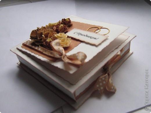 """На этот раз получилась свадебная коробочка, из-за отсутствия времени не успела сделать распечатку """"В день свадьбы"""",в наличии было только """"с праздником"""". Колечки нарисованы акрилом золотым. Если кому понравился цветок в центре, то вот ссылка на МК http://www.mastera-rukodeliya.ru/skrap/1926-myatyi-cvetok.html фото 4"""