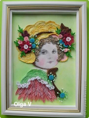 Вдохновленная работами Евгении (Енюши) и Татьяны (Saphir), решила сделать портрет девочки в шляпке с цветами. Работа в рамке 15см/21см. Шляпка выложена тоненькими жгутиками, скрученных  из желтых и светло-желтых салфеток.  фото 1