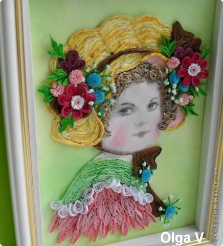 Вдохновленная работами Евгении (Енюши) и Татьяны (Saphir), решила сделать портрет девочки в шляпке с цветами. Работа в рамке 15см/21см. Шляпка выложена тоненькими жгутиками, скрученных  из желтых и светло-желтых салфеток.  фото 2