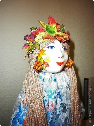 Приветствую всех, кто заглянул ко мне в гости. Вот и листочки начинают желтеть, осень наступает однако. И в связи с этим близится пора поделок в школы и детские сады. Вот такая осень у нас народилась! Кукла была изготовлена в детский сад. фото 2