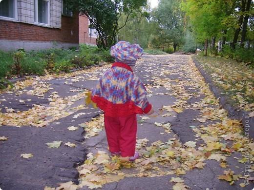 Вот такое пончо и беретик носила наша дочка в прошлом году.Может кому идея пригодиться... Связала бабушка.Берет и основная часть пончо крючком, обвязка(манжеты и воротник) на спицах. фото 4