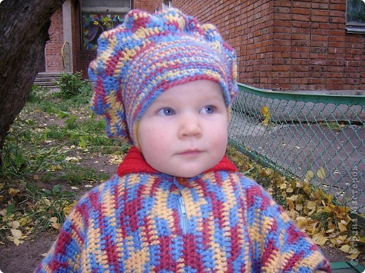 Вот такое пончо и беретик носила наша дочка в прошлом году.Может кому идея пригодиться... Связала бабушка.Берет и основная часть пончо крючком, обвязка(манжеты и воротник) на спицах. фото 2