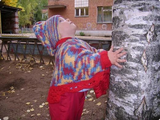 Вот такое пончо и беретик носила наша дочка в прошлом году.Может кому идея пригодиться... Связала бабушка.Берет и основная часть пончо крючком, обвязка(манжеты и воротник) на спицах. фото 3