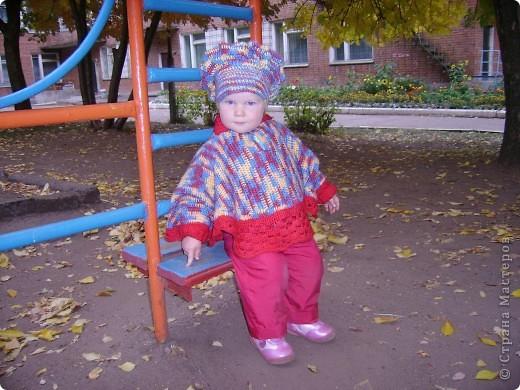 Вот такое пончо и беретик носила наша дочка в прошлом году.Может кому идея пригодиться... Связала бабушка.Берет и основная часть пончо крючком, обвязка(манжеты и воротник) на спицах. фото 1