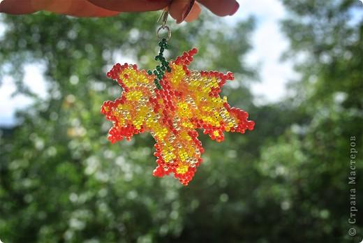 Лист клена украшенный бисером