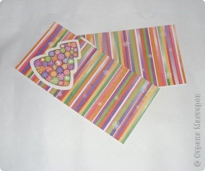 Разрежьте салфетку пополам, отделите белые слои и приклейте на альбомный лист. фото 1