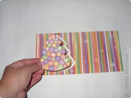 Разрежьте салфетку пополам, отделите белые слои и приклейте на альбомный лист. фото 4