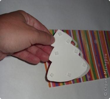 Разрежьте салфетку пополам, отделите белые слои и приклейте на альбомный лист. фото 3