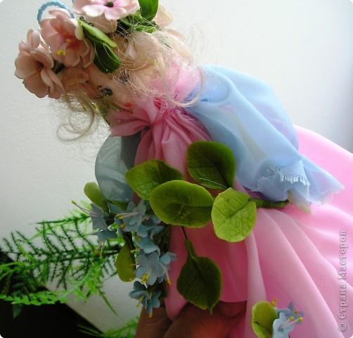 Вот я снова с вами, дорогие мои. Представляю на ваш суд свою первую куклу из полимерной глины. Основание: проволока и картон. Платье из шифона. Личико,  корпус, цветы из ДЕКО,  ручки и листики, а так же веночик из тайской глины. Плюс немного бисера. фото 5