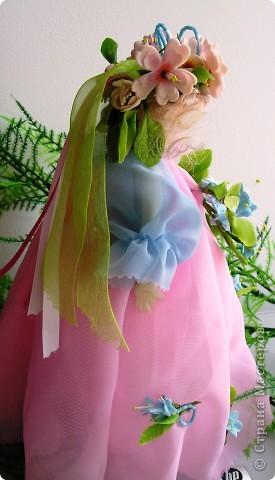 Вот я снова с вами, дорогие мои. Представляю на ваш суд свою первую куклу из полимерной глины. Основание: проволока и картон. Платье из шифона. Личико,  корпус, цветы из ДЕКО,  ручки и листики, а так же веночик из тайской глины. Плюс немного бисера. фото 6