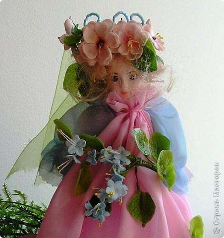 Вот я снова с вами, дорогие мои. Представляю на ваш суд свою первую куклу из полимерной глины. Основание: проволока и картон. Платье из шифона. Личико,  корпус, цветы из ДЕКО,  ручки и листики, а так же веночик из тайской глины. Плюс немного бисера. фото 2