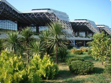 Это фасад аэропорта. Сам аэропорт построен в виде кольца, и внутри его разбили замечательный садик. Единственный минус- нет тенёчка и мало скамеек. фото 1