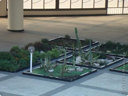 Это фасад аэропорта. Сам аэропорт построен в виде кольца, и внутри его разбили замечательный садик. Единственный минус- нет тенёчка и мало скамеек. фото 11