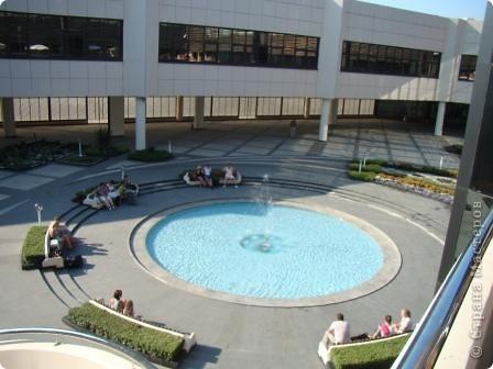 Это фасад аэропорта. Сам аэропорт построен в виде кольца, и внутри его разбили замечательный садик. Единственный минус- нет тенёчка и мало скамеек. фото 10