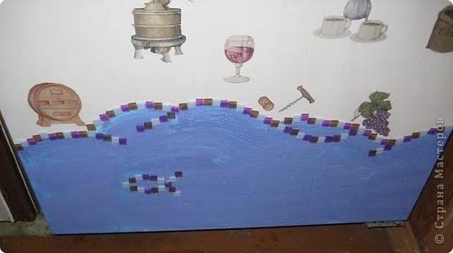 Это финишная фотка моего преобразившегося дачного холодильника. Еще в прошлом году я затеяла его обновить. Он был грязный ржавый и весь покрыт неудачно маскирующими все это магнитами.  Итак! Я купила белую краску по ржавчине, смело покрыла обезжиреную поверхность и начала декупажировать... фото 5