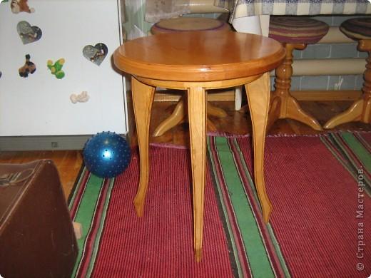 Такие прикроватные столики сделал мой муж. Фотографировала на кухне, там больше места, лучше видно.