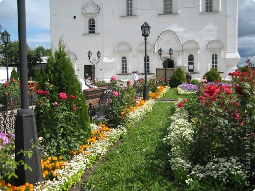 Я уже показывала вам Свято-Троицкий мужской монастырь. Но тогда я была там в начале лета. И такого буйного цветения там ещё не было. фото 7
