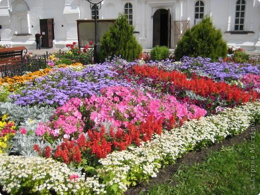 Я уже показывала вам Свято-Троицкий мужской монастырь. Но тогда я была там в начале лета. И такого буйного цветения там ещё не было. фото 12