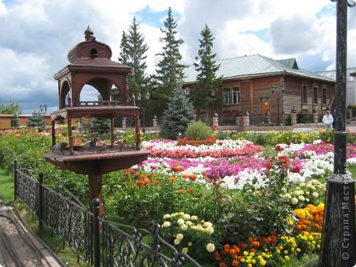 Я уже показывала вам Свято-Троицкий мужской монастырь. Но тогда я была там в начале лета. И такого буйного цветения там ещё не было. фото 23