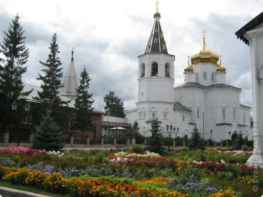 Я уже показывала вам Свято-Троицкий мужской монастырь. Но тогда я была там в начале лета. И такого буйного цветения там ещё не было. фото 1