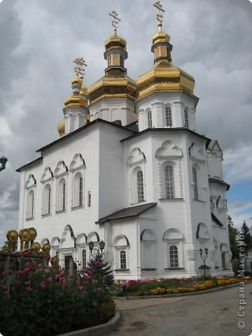 Я уже показывала вам Свято-Троицкий мужской монастырь. Но тогда я была там в начале лета. И такого буйного цветения там ещё не было. фото 4