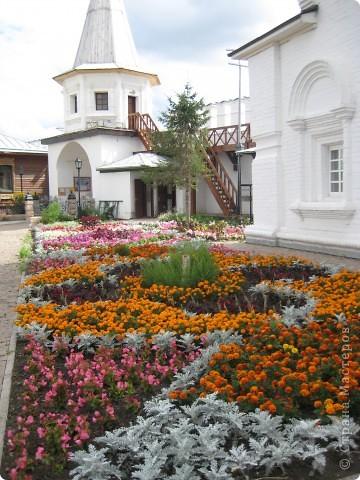 Я уже показывала вам Свято-Троицкий мужской монастырь. Но тогда я была там в начале лета. И такого буйного цветения там ещё не было. фото 5