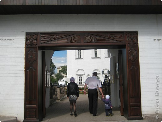 Я уже показывала вам Свято-Троицкий мужской монастырь. Но тогда я была там в начале лета. И такого буйного цветения там ещё не было. фото 3