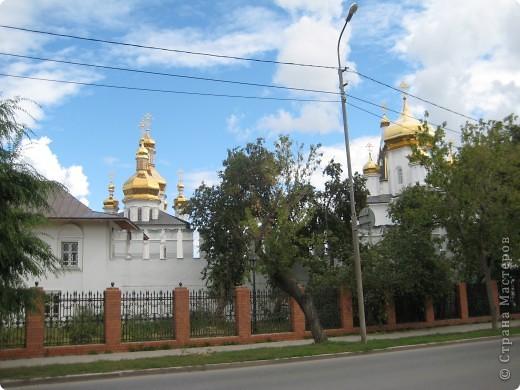 Я уже показывала вам Свято-Троицкий мужской монастырь. Но тогда я была там в начале лета. И такого буйного цветения там ещё не было. фото 45