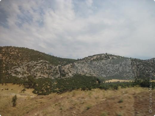 Добрый день жители и гости Страны Мастеров! Предлагаю Вам посмотреть фотографии моего путешествия в Турцию. Приехала 4 дня назад. Ездила с подругой по турпутёвке на 12 дней. Сказать, что очень понравилось, значит ничего не сказать... Это просто сказка! Посмотрите, какие в Турции красивые места! Многие фото сделаны из окна автобуса, так что, извините за качество фотографий. фото 50