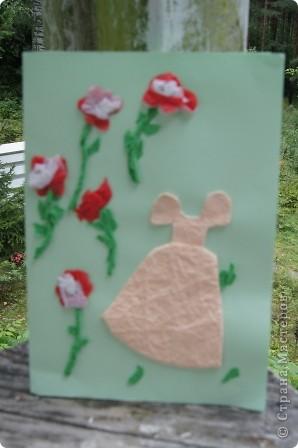Открытку делали вместе со средней дочкой для старшей. Я вырезала платье из картона, а Маша (2 года) раскрасила. Цвет выбирала тоже Маша фото 4