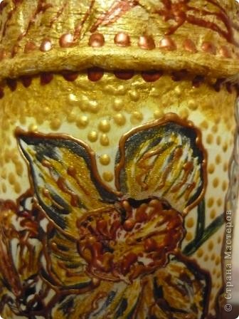 Ещё одна бутылочка из - под сока с помощью салфеток, краски и контура превратилась в вазочку. фото 9