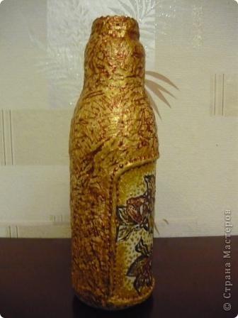 Ещё одна бутылочка из - под сока с помощью салфеток, краски и контура превратилась в вазочку. фото 3