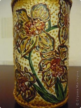 Ещё одна бутылочка из - под сока с помощью салфеток, краски и контура превратилась в вазочку. фото 5