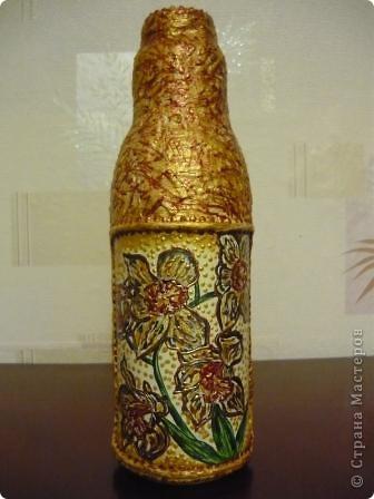 Ещё одна бутылочка из - под сока с помощью салфеток, краски и контура превратилась в вазочку. фото 1