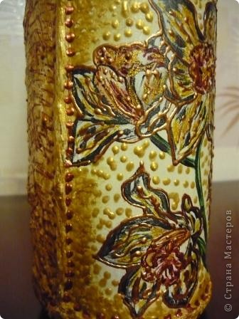 Ещё одна бутылочка из - под сока с помощью салфеток, краски и контура превратилась в вазочку. фото 7