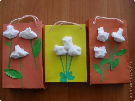 подарочные пакетики для мам, выполнили ученики 1 класса на уроке ИЗО