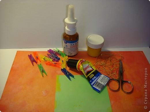 """Я обещала МК цветочка. Такого, как на этой открытке: http://stranamasterov.ru/node/229115 Выполняю обещание. Для изготовления этого цветка нам понадобятся следующие материалы: бумага двух цветов - для цветочка и листика ( сейчас у меня бумага собственного изготовления, а на открытке - акварельная), шнурочек и гуашь для тычинок, вода (в стаканчике или в спрее), прищепки (можно заменить скрепками), ножницы, клей. Еще забыла сфотографировать пинцет и лак бесцветный для ногтей """"Быстрая сушка"""".  фото 1"""
