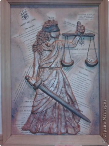 """8 октября - День юриста, к своему профессиональному празднику решилась сделать """"Фемиду"""". К такому подвигу """"подвигли"""" коллеги - потребовали в новый кабинет чего-нибудь """"юридического"""". фото 1"""