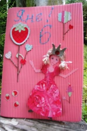 Открытку делали вместе со средней дочкой для старшей. Я вырезала платье из картона, а Маша (2 года) раскрасила. Цвет выбирала тоже Маша фото 1