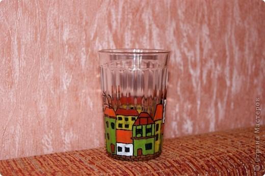 """Трехлитровая баночка, у нас там вода питьевая живет. До этого рисовала деколовскими красками, а тут решила гаммовские витражные испробовать. Контур очень толстый, а краска... В общем, делюсь опытом: если вы решили попробовать себя в росписи стекла - не берите """"Гамму"""", все желание рисовать отпадет! Краска очень сильно пузырится, не только в процессе окрашивания, но и в процессе высыхания. фото 2"""