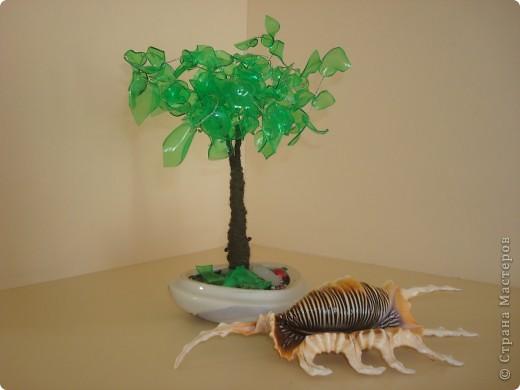Деревце сделано из бутылок