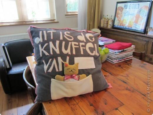 """один из друзей уехал в Голландию) На подушке по голландски """"написано"""": эта кукла (в данном случае кот) принадлежит - .... (в данном случае Розе). Честно говоря подушка мне больше нравится"""
