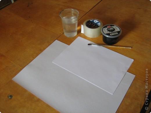 Очень часто для изготовления интересных работ необходима бумага такого цвета, какого не смогли найти в магазине.  1.Берем лист бумаги А4, красим черным цветом – гуашь.   фото 1