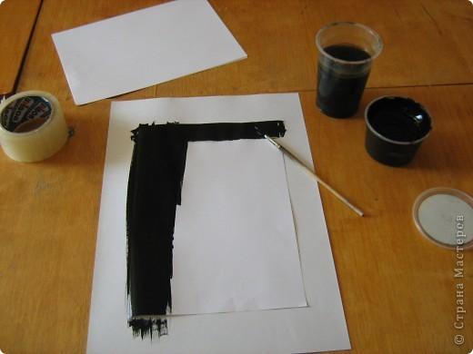 Очень часто для изготовления интересных работ необходима бумага такого цвета, какого не смогли найти в магазине.  1.Берем лист бумаги А4, красим черным цветом – гуашь.   фото 3