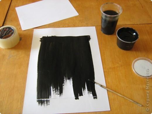 Очень часто для изготовления интересных работ необходима бумага такого цвета, какого не смогли найти в магазине.  1.Берем лист бумаги А4, красим черным цветом – гуашь.   фото 4