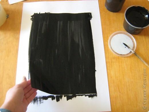 Очень часто для изготовления интересных работ необходима бумага такого цвета, какого не смогли найти в магазине.  1.Берем лист бумаги А4, красим черным цветом – гуашь.   фото 6